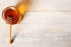 ¿Sabias que la miel de abeja cuenta con numerosas propiedades y beneficios medicinales? También tienes que saber que no toda la miel es buena. ENTÉRATE MAS! Honey Images, Granola, Benefits Of Potatoes, Biotin Hair Growth, Honey Label, I Love Bees, Graphic Design Templates, Natural Honey, Save The Bees