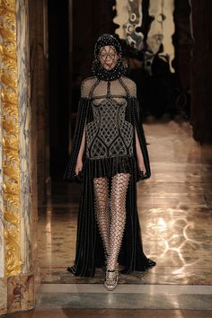 Alexander McQueen Automne-Hiver 2013-2014 4 http://www.vogue.fr/defiles/automne-hiver-2013-2014-paris-alexander-mcqueen-1/8240/diaporama/defile-2702/11812/pag