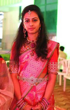 Tejaswini in Heavy Kundan Set - Indian Jewellery Designs Indian Bridal Sarees, Indian Beauty Saree, Bridal Lehenga, Saree Jewellery, Bridal Jewellery, Temple Jewellery, Baby Pink Saree, Vaddanam Designs, Indian Jewellery Design
