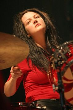 Meg White- killer on the drums - The White Stripes- www.vinuesavallasycercados.com She is great!!!