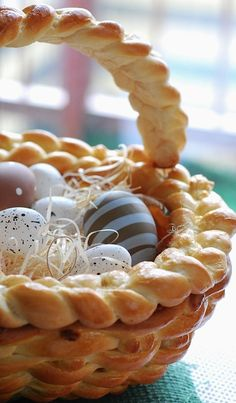 beautiful easter basket made of bread (link  is in Polish - use Google Translate)