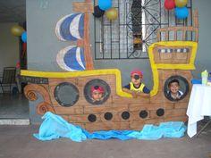 Decoración de fiesta pirata. barco pirata de cartón. Pirate Day, Pirate Birthday, Pirate Theme, Kids Party Decorations, Party Themes, Bateau Pirate, Peter Pan Party, Disney Cars Party, Vbs Crafts
