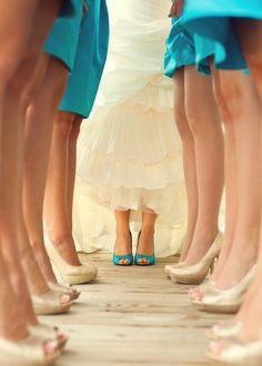 Uma ideia divertida é a noiva ser a única a usar um sapato da cor dos vestidos das madrinhas!