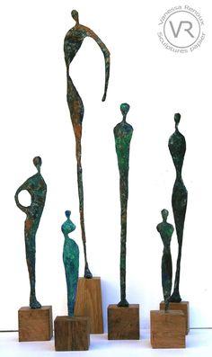 Statuettes de papier journal patiné façon bronze, par Vanessa Renoux, 2016