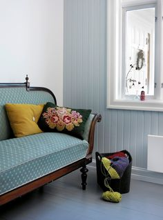 - At Egghvit/Bomull er standardfarge på ferdigmalt listverk, dører og vinduer er helt absurd, mener fargerådgiver Dagny Thurmann-Hoelseth. Soothing Colors, Beautiful Color Combinations, Couch, Colours, Furniture, Home Decor, Villa, Patterns, Ideas