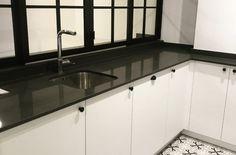 Cocina blanco y negro Kitchen Cabinets, Home Decor, Black And White, Kitchens, Decoration Home, Room Decor, Cabinets, Home Interior Design, Dressers