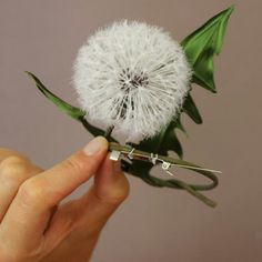 You thought making a realistic dandelion clock by hand was not possible? Leather Flowers, Silk Flowers, Fabric Flowers, Dandelion Clock, Dandelion Flower, Craft Kits, Diy Kits, Shibori, Hand Painted Fabric