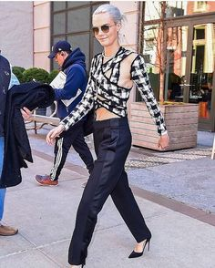 """15 Me gusta, 2 comentarios - GET YOUR BROW ON (@queencarad92) en Instagram: """"#repost @caradailynews I love this outfit @caradelevingne"""""""