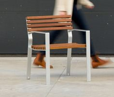 HARPO CHAIR - Designer Chairs from Santa & Cole ✓ all information ✓ high-resolution images ✓ CADs ✓ catalogues ✓ contact information ✓. Urban Furniture, Street Furniture, Furniture Design, Outdoor Chairs, Outdoor Furniture, Outdoor Decor, Sustainable City, Wooden Slats, Extruded Aluminum