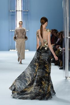 14 Gorgeous Gowns With Breathtaking Backs