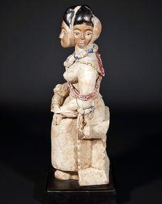 Mamiwata Ewé du Togo.   Sculpture africaine de Mamiwata (Mammie Water) créée en bois peint au sein de l'ethnie Ewé du Togo.