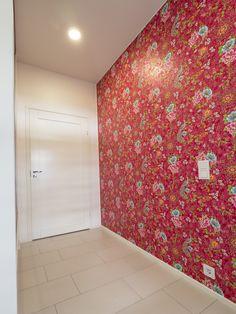 LED-lights make sure that the colours of the tapestry look fresh. / LED-valaisimet varmistavat, että tapetin värit näyttävät raikkailta. www.valaistusblogi.fi
