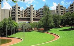 A massive Brutalist complex in South Africa: Wilhelm O. Meyer & Partners: Rand Afrikaans University (today: University of Johannesburg Kingsway Campus Auckland Park) Johannesburg South Africa 1975 Photo: Aurobindo Ogra (CC BY-SA University Of The Witwatersrand, University List, Central University, Johannesburg City, Tree Felling, Lawn And Landscape, Kwazulu Natal, Green Lawn, Modern