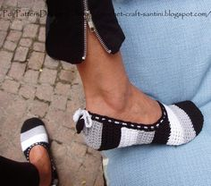 Paid pattern on ravelry. Also has links to how to make soles for crochet slippers. Ravelry: Black & White Slippers with Hearts - Part 1 of How to turn crochet slippers into street shoes! Pattern by Ingunn Santini Crochet Boots, Crochet Slippers, Knit Or Crochet, Learn To Crochet, Crochet Crafts, Crochet Clothes, Crochet Projects, Free Crochet, Ravelry Crochet