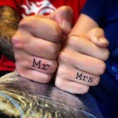 Tattoos von Brautpaaren als Ersatz für Eheringe