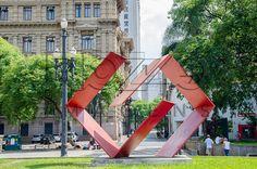 Franz Weissmann (1911-2005). Diálogo (1978-1979). Escultura em<br /> aço, 4,43 x 5,15 x 1,50 m. Praça da Sé, São Paulo - SP, 01/2013.                                    * É necessário solicitar autorização de uso ao autor da obra.