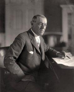 Woodrow Wilson werd in 1912 president van Amerika. In november 1916 werd hij herkozen omdat hij het volk uit de oorlog hield maar in april 1917 moest hij de oorlog verklaren aan de centralen.