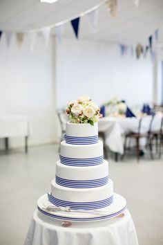 Preppy wedding cake with grosgrain ribbon (Photo by Lizzy C Photography)