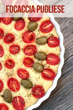 Focaccia Pugliese - Essa é uma receita tradicional da região de Puglia na Itália. A Focaccia Pugliese é feita com tomate-cereja, azeitonas e sua massa leva batata cozida. Confira a receita vegana e gostosa.