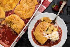 Ez az epres-rebarbarás cobbler, más néven huplis süti pillanatok alatt elkészíthető, és biztosan a család kedvence lesz. Elkészíthető konzerv- vagy szárított gyümölcsökkel, de ha tehetjük, használjunk szezonális, friss alapanyagokat. Ethnic Recipes, Food, Essen, Meals, Yemek, Eten
