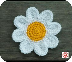 @Debbie Arruda Johnson, @Katie Schmeltzer Ralls, @Hannah Mestel O'Leary.  Will one of you show me how to make these?!  I want to make them for headbands and then a bunch bound together for a quilt. PLEASE?!    Crochet Daisies - Free Pattern