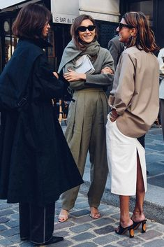 Love this picture by of these ladies in Paris wearing Celine by Phoebe Philo to celebrate her 10 years at the house. Best Street Style, Street Style Outfits, Street Style Blog, Mode Outfits, Street Chic, Fashion Week Paris, Fashion Weeks, Street Fashion, Fashion 2018
