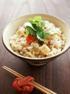 もち米じゃなくてもモチモチ♪中華おこわ風炊き込みご飯 by ヤミーさん / お米に純正ごま油を混ぜてから炊くと、まるでおこわのようにつやつやモチモチに♪そしてその他の調味料はしょう油と砂糖だけなのに、ちゃーんと中華味になってくれます。具は事前に調理しなくてOK。お米を浸水している間に切ったり下味をつけたりして、生のままお米と一緒に炊飯器へ。炊いているときのごま油の香りもたまらないですよ! / ナディア