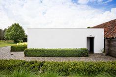 white - green - backyard - clouds - bleu sky - photographer - Valerie Clarysse - Beeldpunt