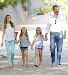 royalbabies: Crown Princess Letizia and Crown Prince Felipe with Leonor and Sofia, Palma de Mallorca, Summer 2013 Photoshoot for Journalists Principe William Y Kate, Spanish Royalty, Spanish Royal Family, Kids Fashion, Fashion Outfits, Queen Letizia, Prince And Princess, Attractive People, Family Posing