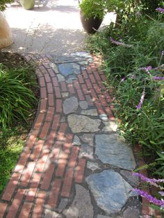 38 DIY Garden Paths and Walkways Ideas for Backyard Diy Garden, Dream Garden, Garden Paths, Recycled Garden, Garden Sheds, Brick Pathway, Brick Garden, Front Walkway, Stone Walkways