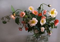 I love the wandering feel of this bright, yet soft, elegant and fun arrangement.  Great #centerpieces
