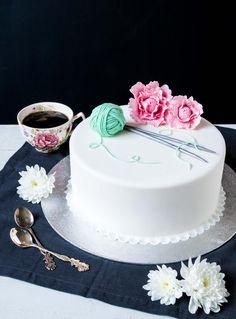 (Toisilta voisi oppia ja kannattaa verkostoitua & löytää yhteistyötä.    ) Lankakeräkakku // Knitted Cake Food & Style Emma Iivanainen, Painted By Cakes Photo Emma Iivanainen www.maku.fi