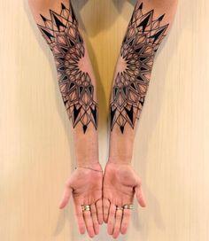 Elementos microscópicos da natureza inspiram essas tattoos geométricas impressionantes.