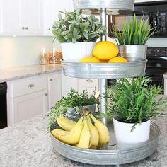 Utilisez un plateau tournant pour ranger les fruits et herbes dans la cuisine.