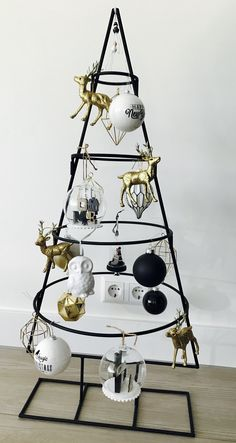 Noel Pallet Christmas Tree, Ribbon On Christmas Tree, Christmas Tree Themes, Christmas Mood, Noel Christmas, Modern Christmas, Winter Wonderland Christmas, Alternative Christmas Tree, Handmade Christmas Decorations