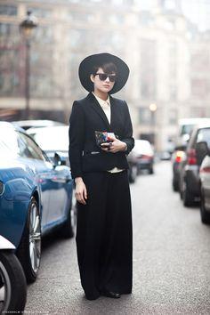 사진 속의 여자처럼 블랙을 기똥차게 입는 사람, 너무 좋다.