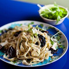 This roast mushroom pasta makes for an easy Meat-free Monday meal. Roasted Mushrooms, Stuffed Mushrooms, Vegetarian Cheese, Vegetarian Recipes, My Favorite Food, Favorite Recipes, Easy Weekday Meals, Mushroom Pasta, Recipe Search