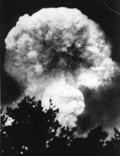 The Hiroshima, Japan Mushroom Cloud two minutes after the atomic bomb exploded. World War One, End Of The World, Nagasaki, Hiroshima Japan, Bomba Nuclear, Enola Gay, Mushroom Cloud, Nuclear War, History Class