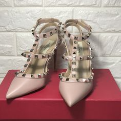 1 million+ Stunning Free Images to Use Anywhere Valentino Studded Heels, Pink High Heels, Free To Use Images, Valentino Women, Woman Shoes, Nude, Fashion, Ladies Wedge Shoes, Moda