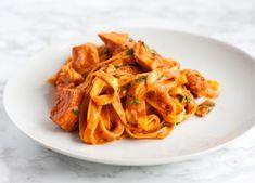Frisk pasta med laks i tomat fløde sovs, nem og lækker ret til hverdagen. Den kan også sagten bruges til en romantisk middag, pifte...
