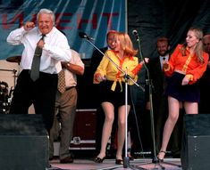 1996 El presidente ruso Boris Yeltsin baila en un concierto de rock después de llegar a Rostov, el 10 de junio de 1996.
