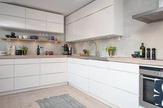White smooth doors & light wood harmonizes nicely