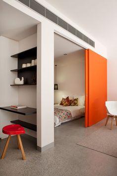 Межкомнатные двери: 65 идей для органичного завершения интерьера (фото) http://happymodern.ru/mezhkomnatnye-dveri-v-interere-65-foto/ Яркая дверь, отделяющая спальную комнату