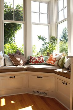 I have one bay seat but if I move, I want either a wall of windows or another bay window seat - or both! Bay Window Seat & Storage idea Traditional Kitchen Design, Pictures, Remodel, Decor and Ideas Corner Window Seats, Window Seat Kitchen, Window Benches, Corner Bench, Corner Windows, Corner Seating, Corner Nook, Bay Window Seating, Corner Banquette