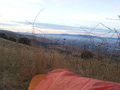 Narušení týdenního rytmu - jeden den jsem místo práce vypadl do San Jose a namísto vracení se zpátky zakempoval přes noc na kopci s výhledem na celé Silicon Valley. Až ráno jsem zjistil, že spím v kravincích a ta tráva kolem je pěkně ostrá. Mountains, Nature, Naturaleza, Nature Illustration, Off Grid, Bergen, Natural