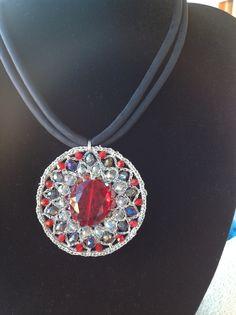Ciondolo rosone realizzato a crochet e decorato con cristalli, di Le Gioie di Gemma