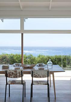 Une salle à manger face à l'océan