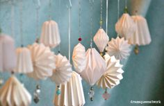 DIY Plissee-Anhänger und Lampe – Origami Community : Explore the best and the most trending origami Ideas and easy origami Tutorial Origami Diy, Design Origami, Origami Tutorial, Diy Tutorial, Origami Ball, Christmas Origami, Christmas Paper, Handmade Christmas, Christmas Crafts
