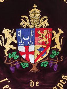 Détails broderie bannière de la Confrérie des Goutevins de L'Enclave des Papes