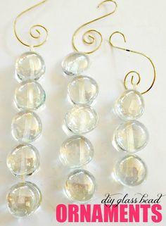 Cómo crear hermosos adornos que reflejan las luces del árbol usando perlas de la tienda de dólar!                                                                                                                                                                                 Más